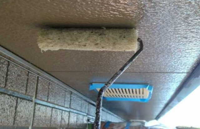【宮崎県西都市】岩爪で黒い屋根の下塗り〜中塗りまでをおこないました!軒天