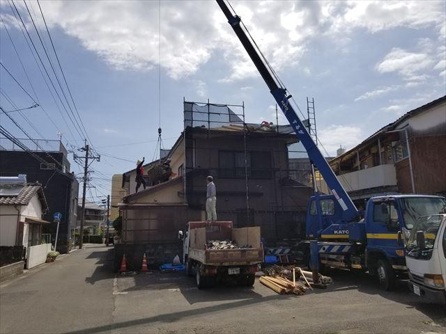 先日調査を行った宮崎市大橋の2階建ての屋根葺き替え工事です。1日目。