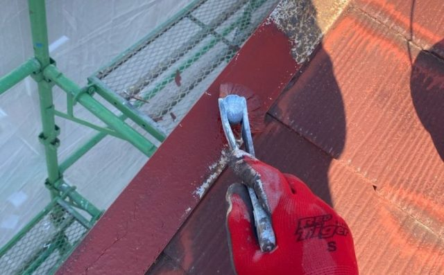 屋根下塗り【宮崎県宮崎市】大橋にある55坪の住宅でスレート屋根をワインレッドカラーのセミフロンルーフで塗装していきます
