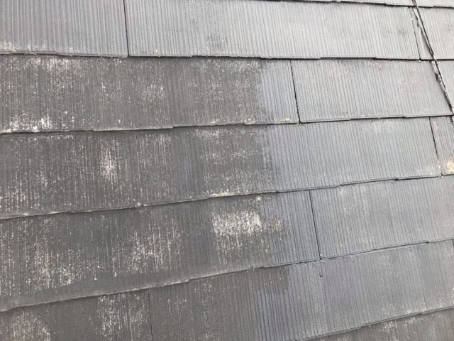 【宮崎県宮崎市】薫る坂にある39坪の住宅でスレートブラックカラーのセミフロンルーフを屋根・付帯部に塗装していきます屋根下塗り