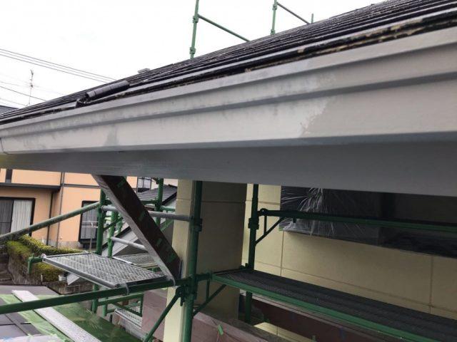 【宮崎県宮崎市】薫る坂にある39坪の住宅でスレートブラックカラーのセミフロンルーフを屋根・付帯部に塗装していきます雨樋