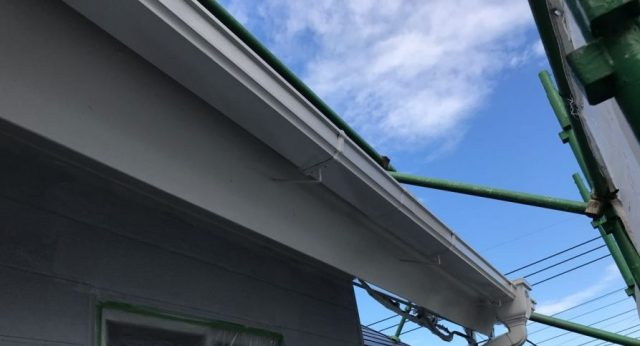 【宮崎県宮崎市】花山手にあるコロニアルの住宅で屋根をブラックに塗装しました!雨樋上塗り_1_確定