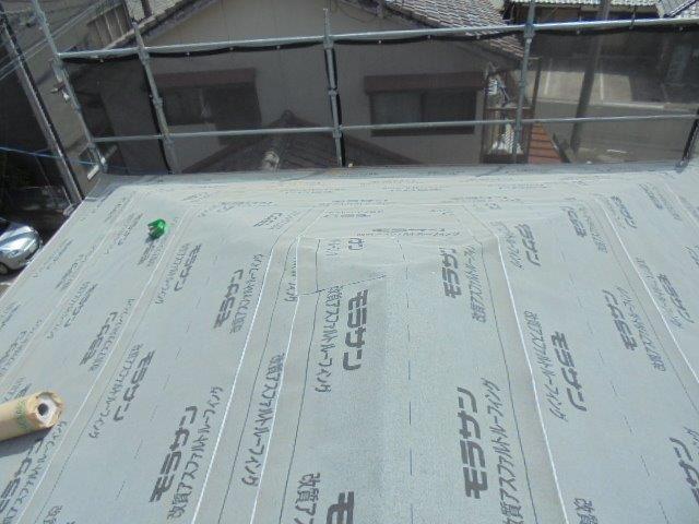 先日調査を行った宮崎市大橋の2階建ての屋根葺き替え工事です。2日目。