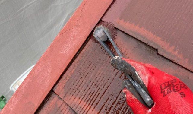 【宮崎県宮崎市】大橋にある55坪の住宅でスレート屋根をワインレッドカラーのセミフロンルーフで塗装していきます屋根中塗り