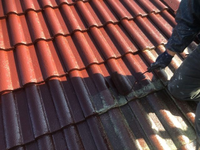 【宮崎県宮崎市】大字恒久にあるセメント瓦の住宅で屋根と付帯部を塗装していきます屋根中塗り