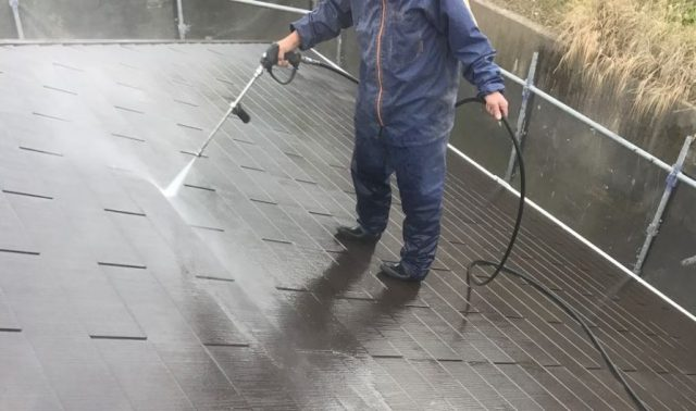 【宮崎県宮崎市】本郷にある155平方メートルの屋根があるアパートでエスケープレミアムルーフSiを使った屋根・付帯部塗装を行います屋根高圧洗浄