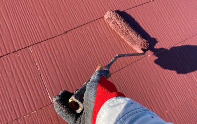 【宮崎県宮崎市】大橋にある55坪の住宅でスレート屋根をワインレッドカラーのセミフロンルーフで塗装していきます屋根上塗り