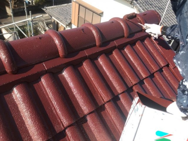【宮崎県宮崎市】大字恒久にあるセメント瓦の住宅で屋根と付帯部を塗装していきます屋根上塗り