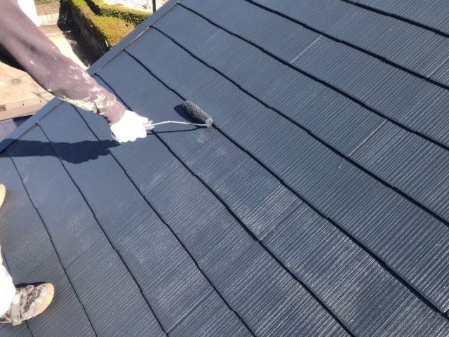 【宮崎県宮崎市】薫る坂にある39坪の住宅でスレートブラックカラーのセミフロンルーフを屋根・付帯部に塗装していきます屋根上塗り
