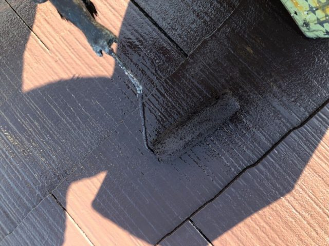 【宮崎県宮崎市】学園木花台にある薄いピンク色の住宅で屋根の補修や付帯部の塗装をおこないました!上塗り