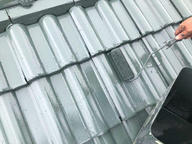 【宮崎県宮崎市】小松台西にある39坪の住宅でセメント瓦の屋根と雨戸・雨樋・軒天を塗装します!屋根上塗り_1_確定