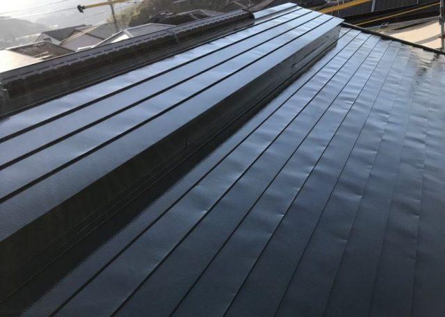 【宮崎県宮崎市】清武町にあるガルバリウム鋼板屋根の住宅で黒色に屋根を塗装しました!屋根上塗り_1_確定