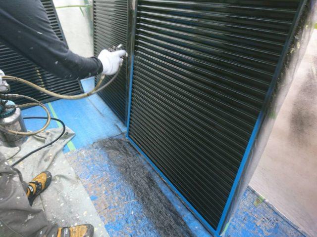 【宮崎県宮崎市】薫る坂にある39坪の住宅でスレートブラックカラーのセミフロンルーフを屋根・付帯部に塗装していきます雨戸
