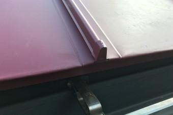 立平葺きは瓦棒葺きよりも防水性に優れる