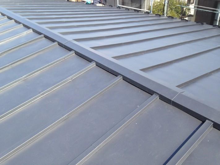 ガルバリウム鋼板に変わり、見た目も耐久性も変わった屋根