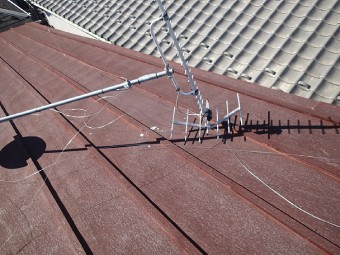 屋根の上で倒れているアンテナ